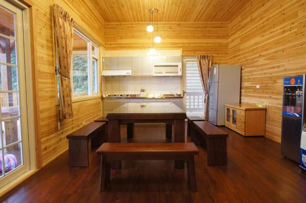 廚房餐桌與客廳相連